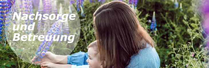 Linkbanner zu den Punkten Nachsorge und Betreuung: Eine junge Frau und ihr Kind pflücken eine lila Blume
