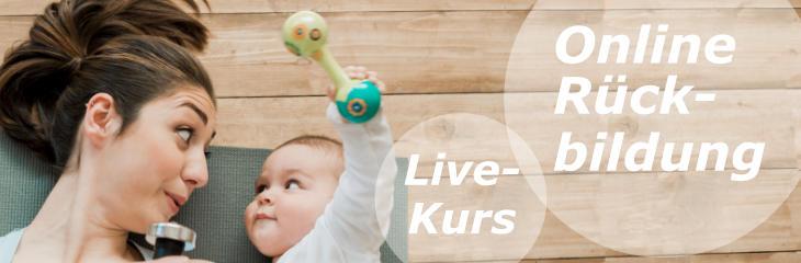 Link zum Online-Rückbildungskurs: Eine junge Mutter mit Hantel und ihr Baby mit Rassel lächeln sich an